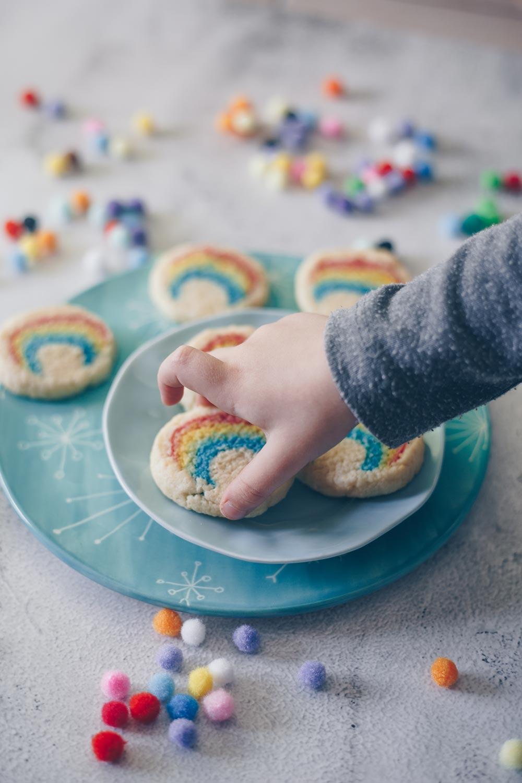 DIY Kekse mit Regenbogenmuster backen mit Kindern