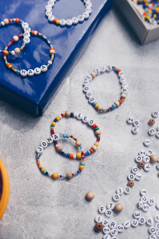 DIY Buchstabenarmband für Kinder selbermachen und sicher verknoten