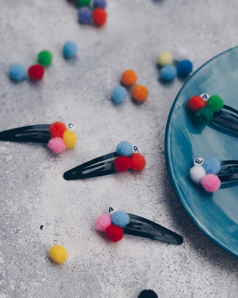DIY Pompom Haarspange mit Initiale selbermachen