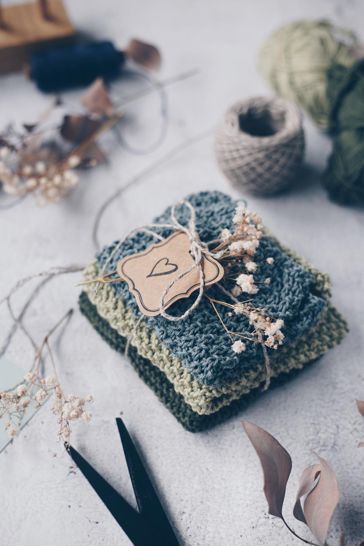 DIY Spültücher stricken - drei einfache Muster für Anfänger - verpackt als Geschenkidee zum Einzug