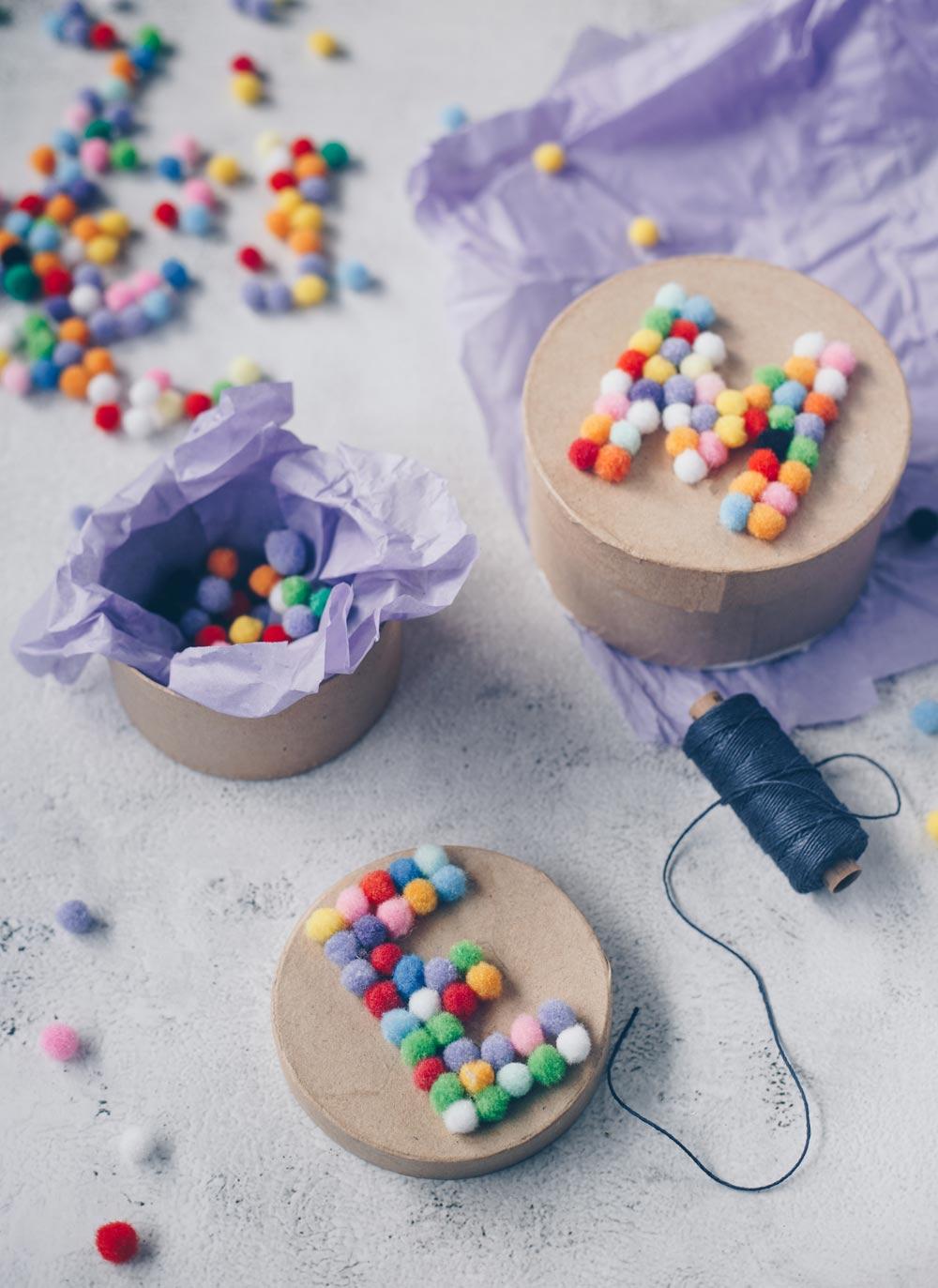 DIY Verpackungsidee - Geschenkschachteln mit Pompom Buchstaben selbermachen